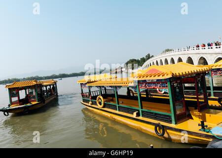 Pechino, Cina - 19 Ottobre 2015: Cinese tradizionale imbarcazioni al Palazzo d'Estate a Pechino. Il palazzo d'estate, Foto Stock