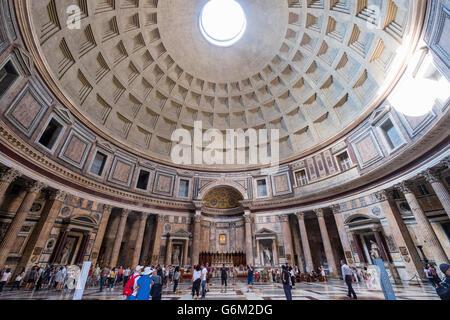 Interno del Pantheon, sulla Piazza della Rotonda, Roma, Italia Foto Stock