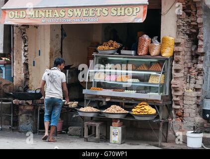 Indian dolce locale e negozio di spuntini. Amritsar home all'Harmandir Sahib (Tempio d'oro) Foto Stock