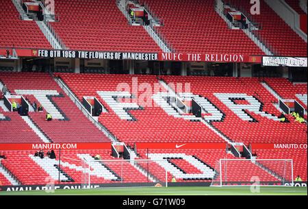 """I banner che hanno sostituito il banner """"The Chosen One"""" alla fine di Stretford, Old Trafford, prima della partita Barclays Premier League a Old Trafford, Manchester."""
