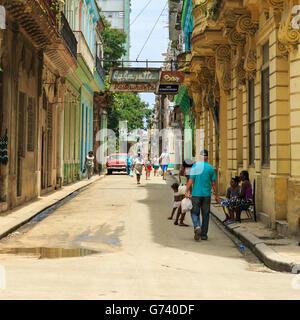 Scena di strada a La Habana Vieja, Old Havana, Cuba
