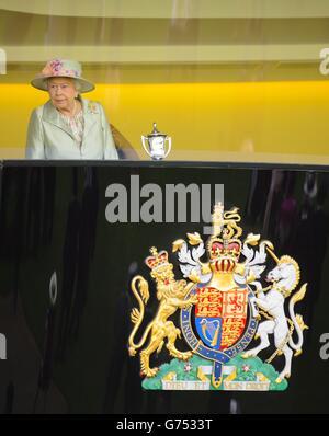 La regina Elisabetta II si siede nella Royal Box durante il secondo giorno del Royal Ascot Meeting 2014 all'ippodromo di Ascot, Berkshire.
