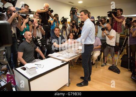 Madrid, Spagna. Il 26 giugno, 2016. Socialista (PSOE) Leader Pedro Sanchez (C) getta il suo voto in Pozuelo de Alarcon Foto Stock