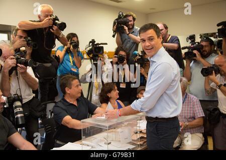 Madrid, Spagna. Il 26 giugno, 2016. Socialista (PSOE) Leader Pedro Sanchez (anteriore R) getta il suo voto in Pozuelo Foto Stock