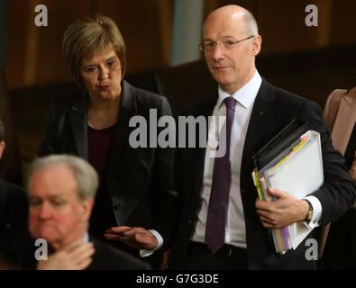 Il primo ministro scozzese Nicola Sturgeon con il segretario alle finanze John Swinney, dopo il suo debutto primo Minster's Questions (FMQ's) nella camera di discussione del Parlamento scozzese a Edimburgo, dopo aver assunto la posizione dell'ex leader Alex Salmond. Foto Stock