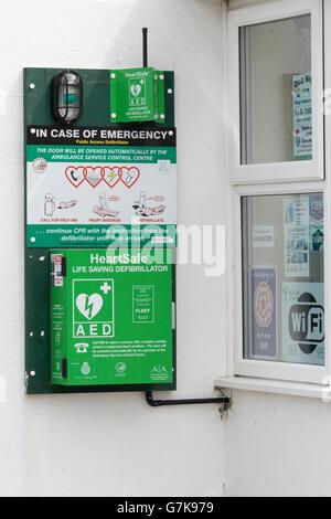 Cuore di sicuro Defibrillatore automatico esterno fissato ad una parete di pietra Foto Stock