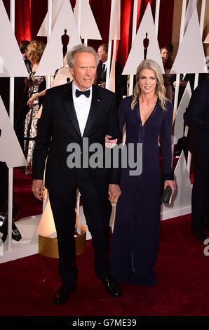 Clint Eastwood e Christine Sandera arrivano al 87esimo Academy Awards tenutosi al Dolby Theatre di Hollywood, Los Angeles, California, USA, 22 febbraio 2015. Foto Stock