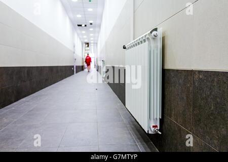 Corridoio Lungo Stretto : Radiatore bianco a lungo stretto corridoio con parete di