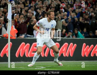 Harry Kane dell'Inghilterra festeggia il suo quarto gol del gioco durante le qualificazioni UEFA 2016, partita del gruppo e al Wembley Stadium di Londra.