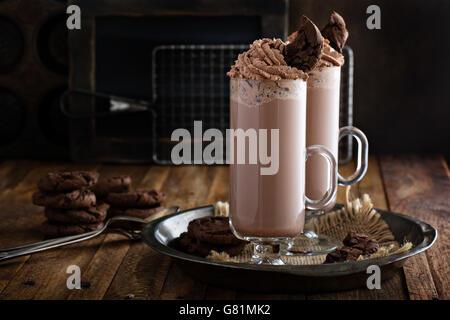 Biscotti al cioccolato frullato in bicchieri alti Foto Stock