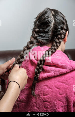 Madre di trecce ragazze adolescenti capelli Foto Stock