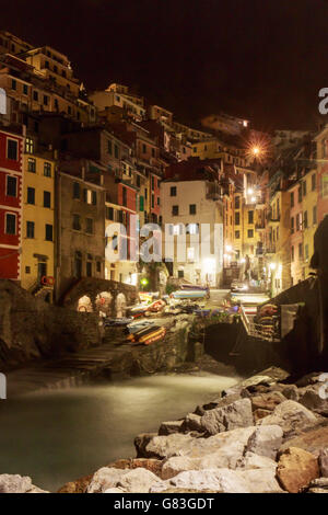 Riomaggiore in cinque-terre di notte, liguria italia Foto Stock