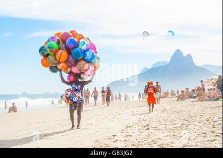 RIO DE JANEIRO - Gennaio 20, 2013: Spiaggia venditore a vendere pittoresca spiaggia di sfere porta la sua merce Foto Stock