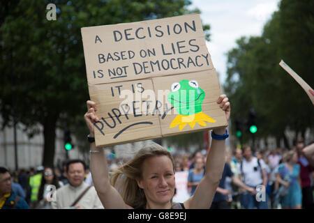 Londra, Regno Unito. 02Luglio, 2016. Decine di migliaia di persone protestano in marzo per l'Europa contro Brexit Foto Stock