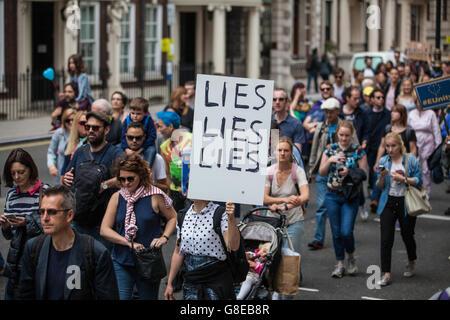 Londra, Regno Unito. 2 Luglio, 2016. Decine di migliaia di pro-UE gli attivisti marzo a Londra per protestare contro Foto Stock