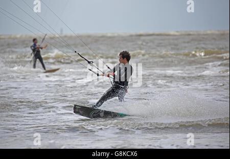 L'uomo surf su kiteboard in mare mosso Saint-Brevin-les-Pins Francia Foto Stock
