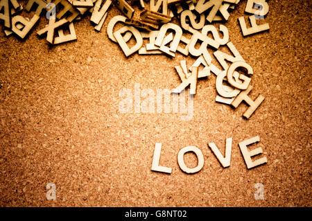La parola amore scritto con lettere in legno Foto Stock