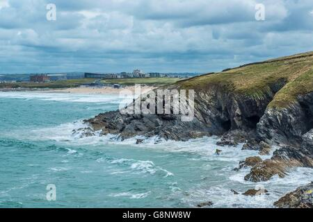 West Pentire onde guardando verso Fistral Beach e il blu del mare oceano Cornish Coast UK Foto Stock