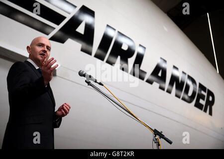 CEO di Hybrid Air Vehicles Stephen McGlennan durante il lancio della Airlander 10 Airlander, il più grande velivolo Foto Stock