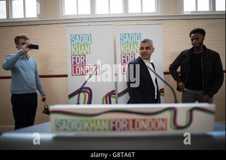 Sadiq Khan (centro), candidato laburista per il sindaco di Londra, fa un discorso che definisce i suoi piani per un alloggio a prezzi accessibili nella capitale, presso l'Anchor Community Center nel sud-ovest di Londra.