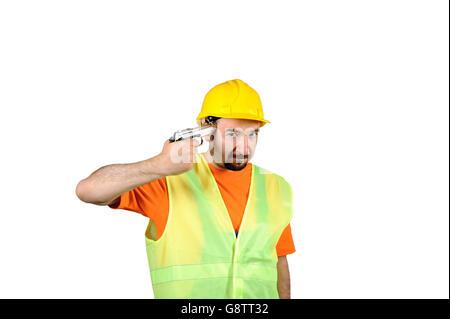 Guasto tristezza colpevole Manuel lavoratore spiacevoli pistola in mano isolato su bianco ritratto. Foto Stock