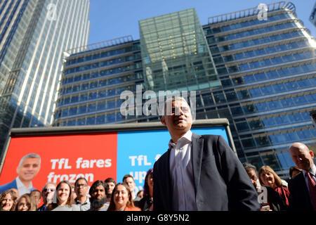 Sadiq Khan, candidato laburista per il sindaco di Londra, parla di fronte alle quattro pubblicità della campagna laburista a Montgomery Square a Canary Wharf, Londra.