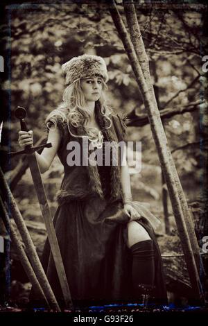 """Una giovane donna per la modellazione di una fantasia makeover 'gioco di troni """" stile fotografia all'aperto : Dea / Sacerdotessa / Cacciatrice nella foresta., Regno Unito"""