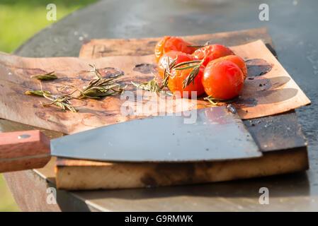 I pomodori in padella per grigliare sul tavolo Foto Stock