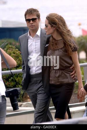 Brad Pitt e Angelina Jolie arrivano per una fotocellula per il suo nuovo film, 'A Mighty Heart' durante il 60° Festival annuale del Cinema di Cannes, in Francia.