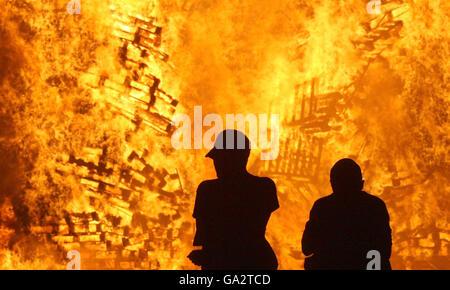 Un falò sulla Shankill Road a Belfast. I falò si illuminano la notte prima del dodicesimo luglio come parte della festa dei lealisti. Decine di migliaia di Orangemen e sostenitori sono attesi per partecipare alle dodici parate di luglio dell'Irlanda del Nord.