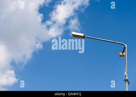 Street palo della luce contro il cielo blu Foto Stock