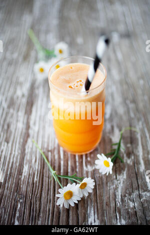 Succo di frutta fresco con la carota, Apple, gingr e arancione Foto Stock