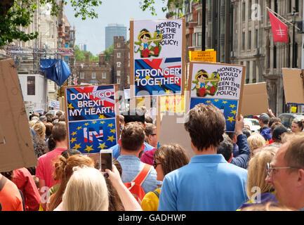 Londra, UK, 2 Luglio 2016: manifestanti in marzo per l'Europa la dimostrazione Foto Stock