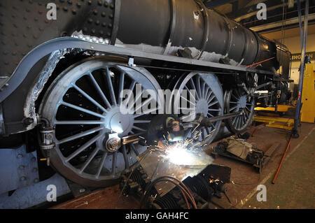 Un saldatore al lavoro su Tornado, la prima locomotiva a vapore pronta per la linea principale che sarà costruita in Gran Bretagna per quasi 50 anni, che è in costruzione in un laboratorio a Darlington.