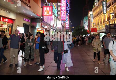 Una folla di gente che vagano lungo il quartiere alla moda di Nanjing Street la sera del primo maggio Week-end di Foto Stock
