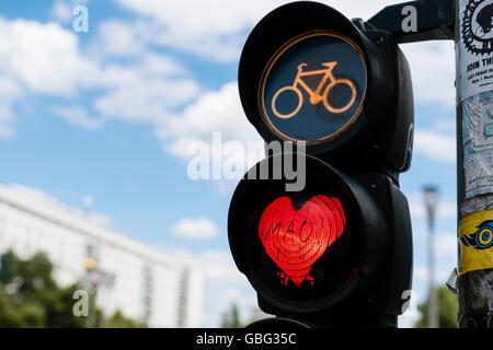Dettaglio della luce rossa di stop al semaforo per ciclisti con amore rosso cuore a Berlino Germania Foto Stock