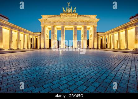 Visualizzazione classica della famosa Porta di Brandeburgo in Twilight, il centro di Berlino, Germania Foto Stock