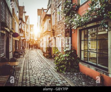 Incantevole città vecchia in Europa nel bellissimo golden luce della sera al tramonto in estate con retro vintage stile Instagram filtro e lente effetto flare Foto Stock