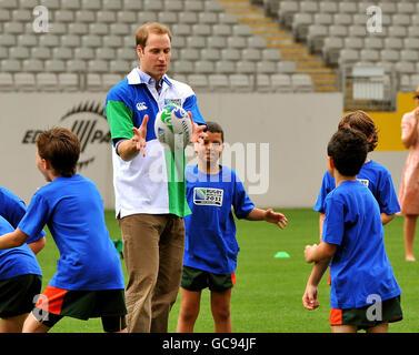 Il principe William partecipa alla pratica di lancio per gli studenti locali, dopo un tour all'Eden Park Rugby Stadium di Auckland, Nuova Zelanda.