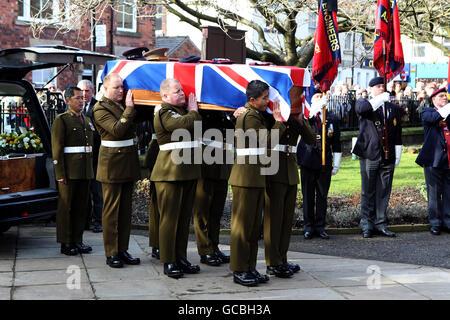 I portatori di Pall portano la bara di esperto di smaltimento bomba warrant ufficiale Classe 2 David Markland, 36, del 36 Regiment ingegnere, durante il suo funerale a St George's Church, Chorley, Lancashire.