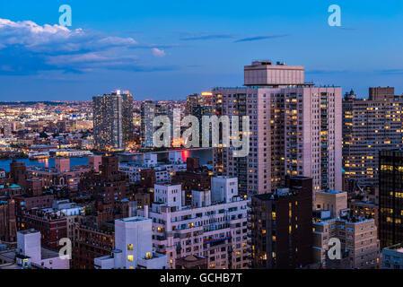 Midtown Manhattan con il Gantry Plaza di fronte East River al crepuscolo; la città di New York, New York, Stati Foto Stock