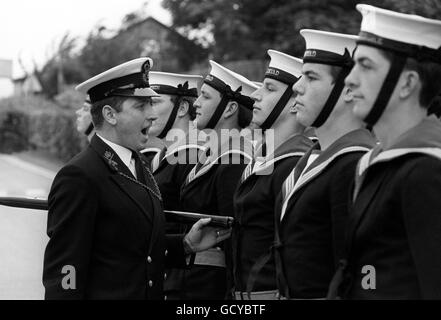 Il Chief Petty Officer Philip Greenaway emetterà ordini ad alcuni dei marinai della Royal Navy che si dirigeranno verso il matrimonio del Principe Carlo e della Signora Diana Spencer. Circa 250 uomini si stanno allenando per l'evento all'HMS Excellent, Whale Island, Portsmouth.