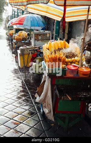 Cucina Di Strada Stallo Con Grigliate Di Grano Sotto La Pioggia