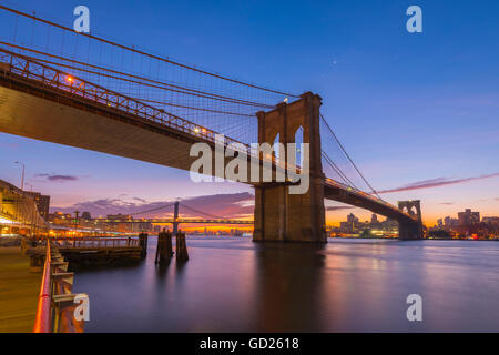 Il Ponte di Brooklyn e Manhattan Bridge al di là, su East River, New York, Stati Uniti d'America, America del Nord Foto Stock