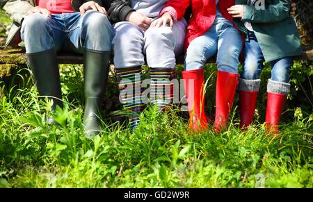 La famiglia felice indossando variopinti stivali da pioggia. Concetto di famiglia Foto Stock