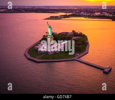La Statua della Libertà è una colossale scultura neoclassica a Liberty Island nel porto di New York nella città Foto Stock