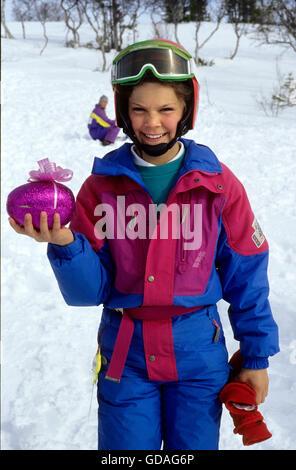 La principessa ereditaria Victoria con un uovo di pasqua in vacanza nelle Alpi svedese Foto Stock