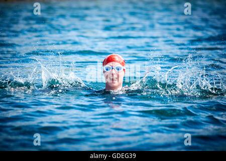 I sostenitori di crisi prendere parte a un open water nuotare a Queensford laghi, Oxfordshire per raccogliere fondi per i senzatetto nella carità Foto Stock