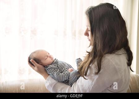 Azienda madre neonato boy Foto Stock
