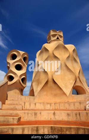 Sul tetto del 'La Pedrera' ('Casa Milà'), uno dei capolavori del celebre architetto catalano Antoni Gaudí, Barcelona, Foto Stock